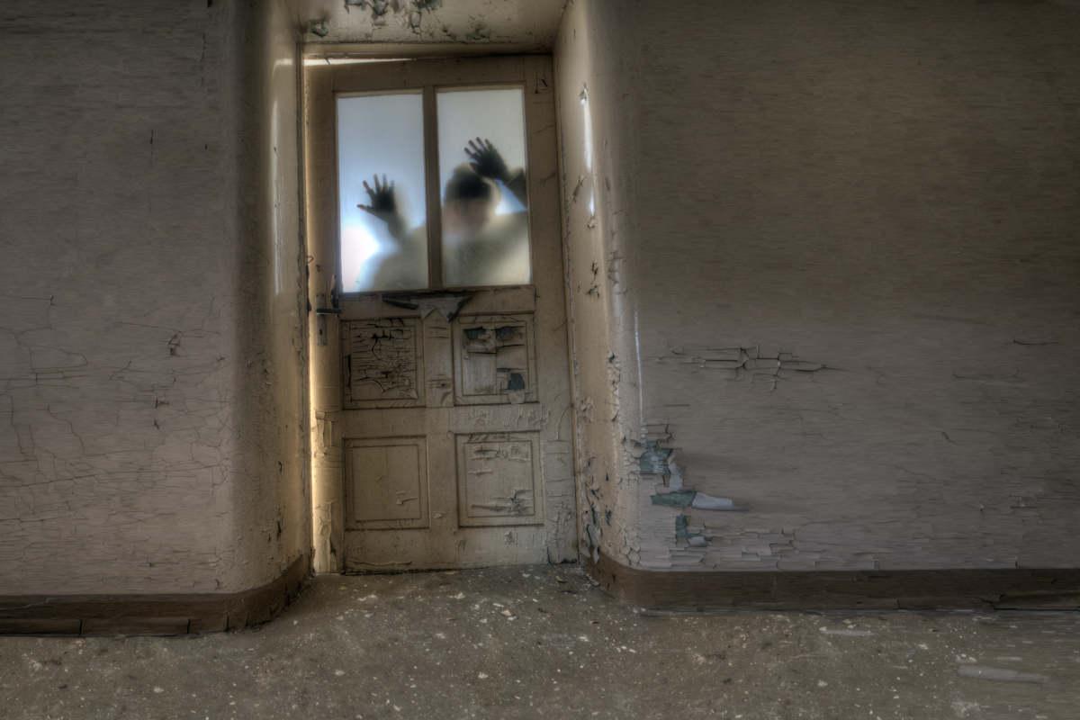 Des zombis dérrière une porte d'hôpital