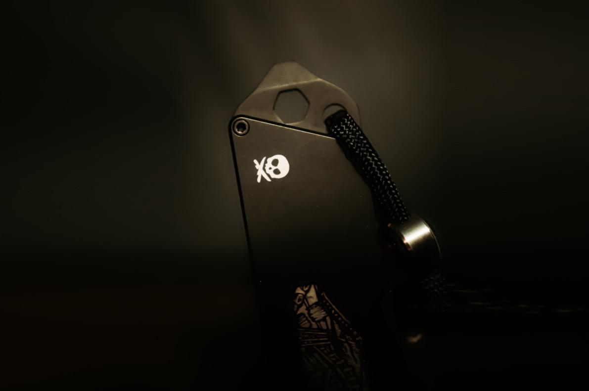 Photo d'une clé avec un logo de pirates.